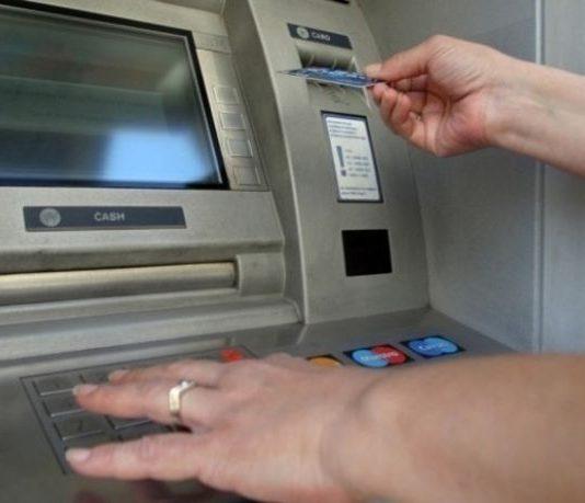 Банките вдигат таксите