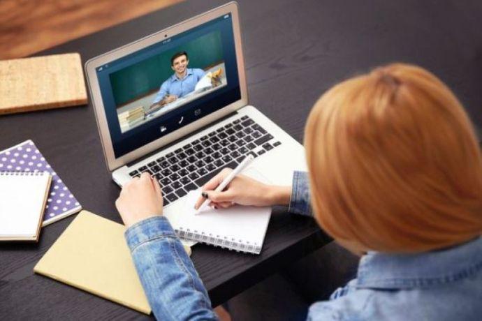 Учениците от 5. до 12. клас остават онлайн да края на януари