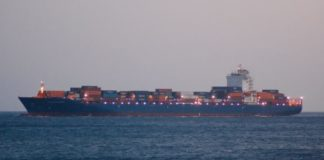Капитанът и седем от моряците в екипажа бяха взети за заложници на 19 април