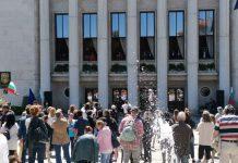 Солистите пяха от прозорците на Заседателната зала в сградата на Община Бургас