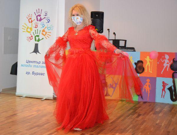 Таня сътвори сама балната си рокля