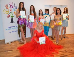 Таня с приятелите си от Центъра за таланти