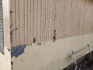 Фасадата на пенсионерския клуб е в окаяно състояние