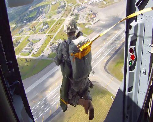 Войник скача с парашут