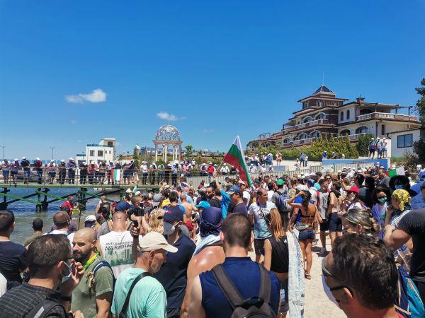 Протестиращи и симпатизанти заедно пяха химна на България