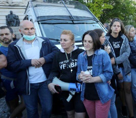 Майките блокираха полицейски бус