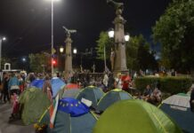 Пак разпънаха палатките