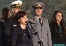 Караянчева се усмихваше на освиркванията, продължили 6 мин.