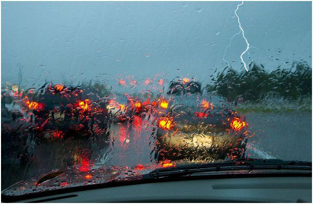 Опасно ли е, ако върху колата попадне мълния?