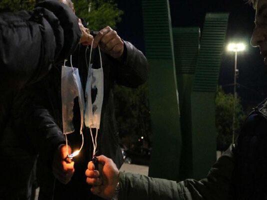 Граждани запалиха маските си