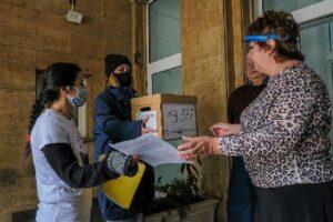 """Евгения Ташева от """"За Земята"""" (вляво) и актрисата Лили Гелева (с кутията) предават петицията в МОСВ"""