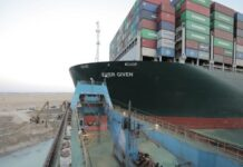 """""""Евър гивън"""" заседна диагонално в канала, който е най-прекият морски път между Европа и Азия, на 23 март"""