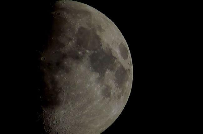Холограма, която крие Луна. Или нещо друго?